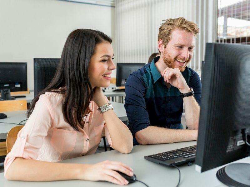 Zwei Personen arbeiten am PC