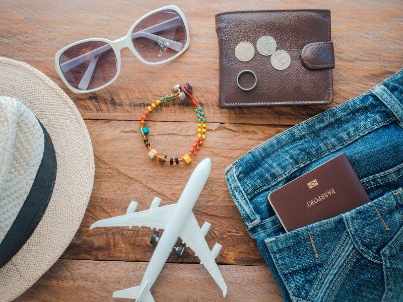 Urlaubs Must-Have wie Geldbörse, Sonnenbrille, Hut und Reisepass