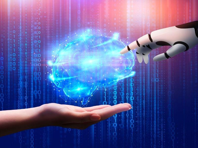 Mensch und AI Hand