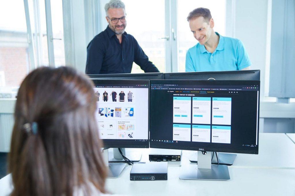 Mitarbeiterin arbeitet am Computer