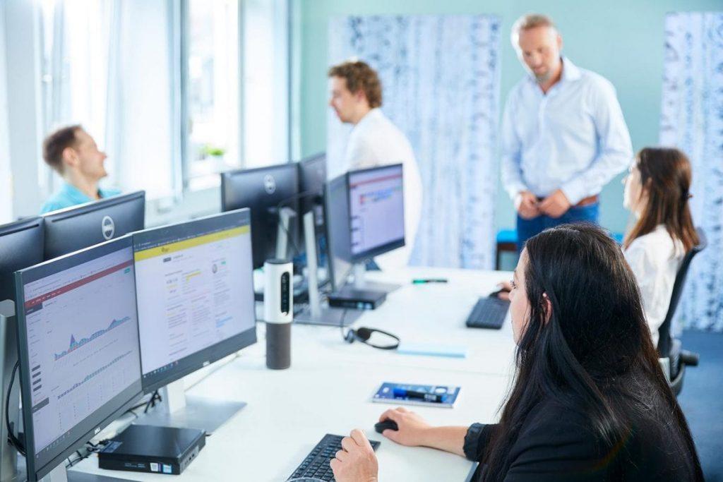 dsaf mitarbeiter arbeiten am computer