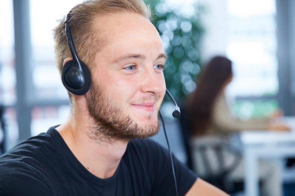DSaF Mitarbeiter mit Headset