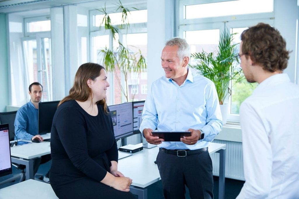 DSaF Geschäftsführer redet mit 2 Mitarbeitern
